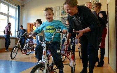 Dzięki staraniom dyrekcji placówki, PCK zafundowało zakup czterech trójkołowych rowerów.