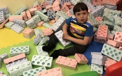 Najmłodsi uczniowie wsali zabaw