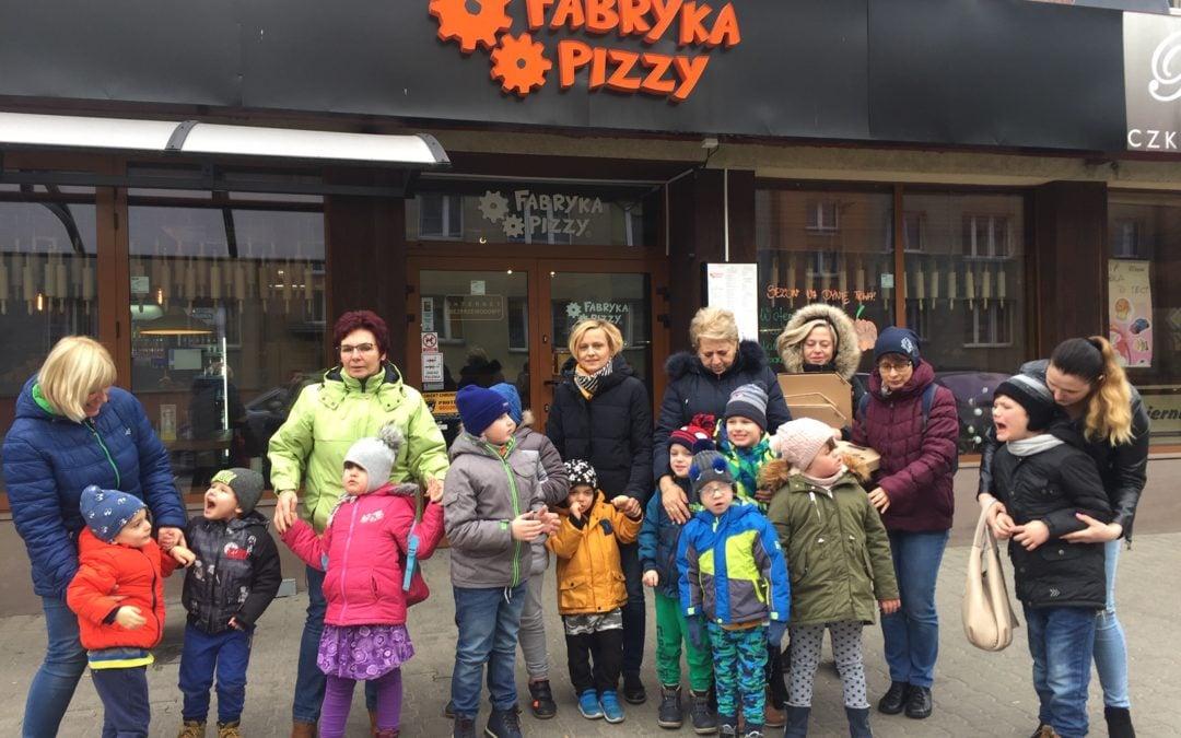 """Przedszkolaki odwiedziły """"Fabrykę pizzy"""""""